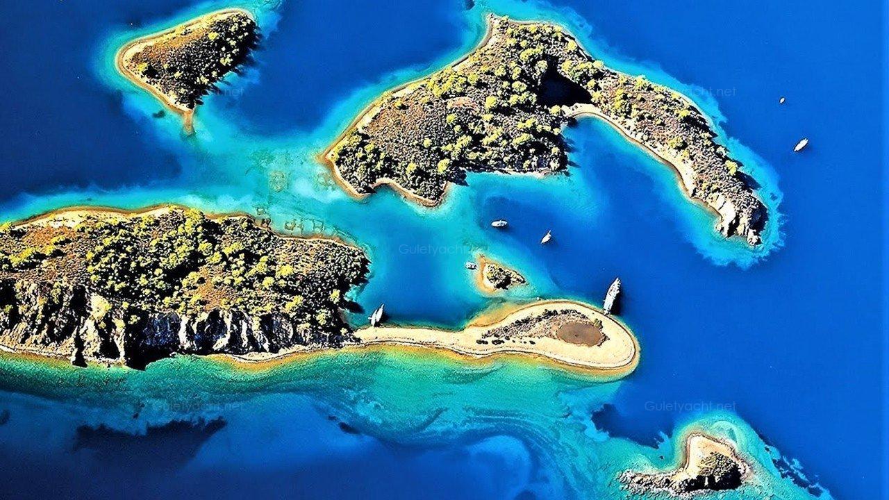جزيرة كيلوباترا عن مدينة مرمريس بحوالى 10 كيلو حيث كانت تسمى فى القدم جزيرة سدير وتتميز بالطبيعة الساحرة رومال البحر الناعمة البيضاء